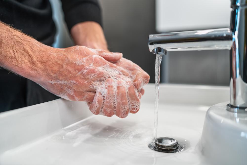 Eine Person wäscht sich die Hände zur Vorbeugung vor dem Coronavirus